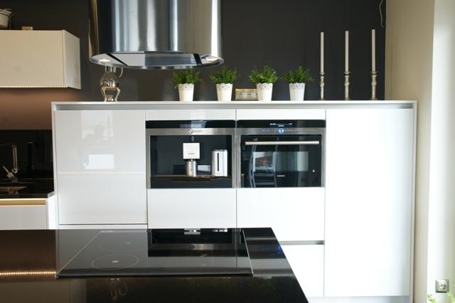 Biała kuchnia z wyspą  Wistolm  Nowoczesne kuchnie na   -> Funkcjonalna Kuchnia Z Wyspą